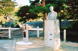 片桐父子顕彰碑(左)と山崎為徳像(右)