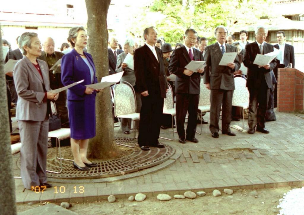賛美歌を歌う:(右から)野本理事長、大谷総長、相原市長、千葉副町長、秋田校友会長、坂本同窓会長